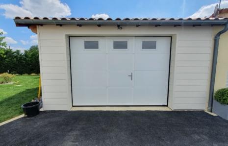 Porte de Garage Sectionnelle avec Portillon – LA TOULOUSAINE – Aytré (17440)